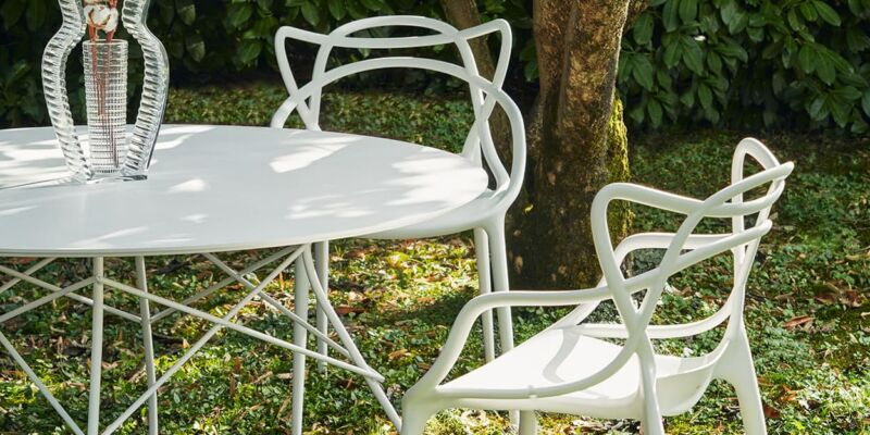 La table Glossy Outdoor et les chaises masters outdoor